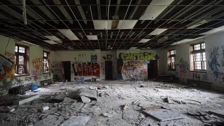 article illustration, school, collapsed ceiling, anti-collapse illustration, bricks on the floor,